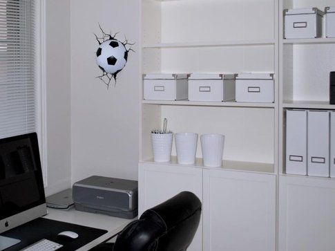 Pallone da calcio nel muro. Fonte: troppotogo.it