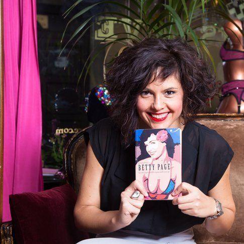 """Lorenza Fruci con una copia del libro """"Betty Page. La vita segreta della regina delle pin-up"""" - foto concessa da Lorenza Fruci"""