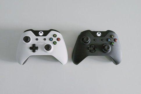 Due versioni del pad di Xbox One  (fonte Multiplayer.it)