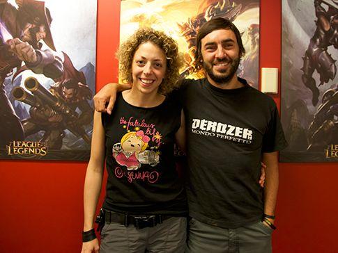 Foto ricordo a fine riprese, davanti ai personaggi del videogioco League of Legends.
