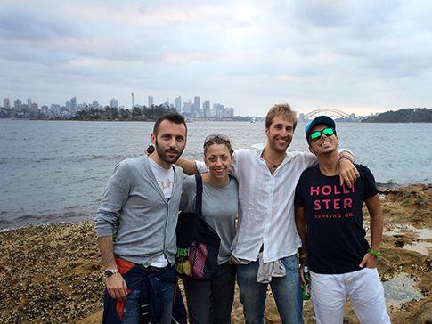 Prima foto di gruppo per la squadra di Italian Dreamtime, durante una festa in spiaggia a Double Bay