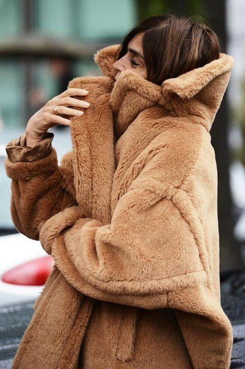 Carine Roitfeld indossa un esemplare di Teddy Coat di Max Mara