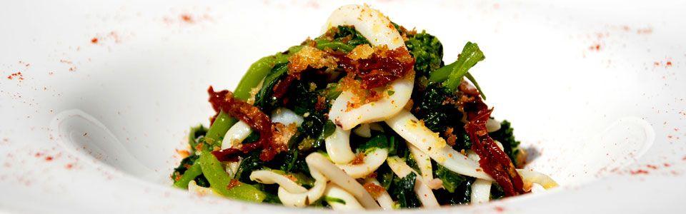 Ricetta in cinque mosse: tagliatelle di calamaro ajo, ojo, peperoncino e broccoletti