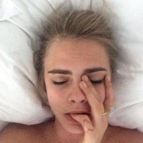 Cara  Delevigne nel suo #bedstagram. Fonte: cosmopolitan.com