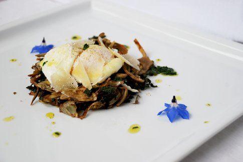 Insalata calda di carciofi croccanti, uovo in camicia e borragine