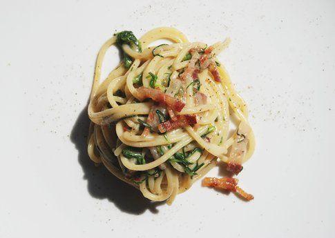 Spaghettoni di Gragnano con agretti e pancetta. Ricetta e foto di Roberta Castrichella.