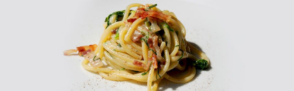 Spaghetti con agretti, salvia e pancetta: tutto il gusto della semplicità