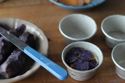 uno strato di patate viola, uno di besciamella e formaggio