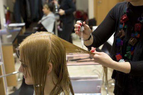 L'applicazione del trattamento Liquid Hair