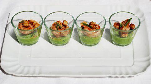 Crema di piselli freschi, gamberoni al coriandolo e cubetti croccanti di colomba. Ricetta e foto di Roberta Castrichella.
