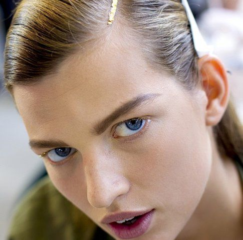 Trucco con mascara dorata fonte: Vogue.it