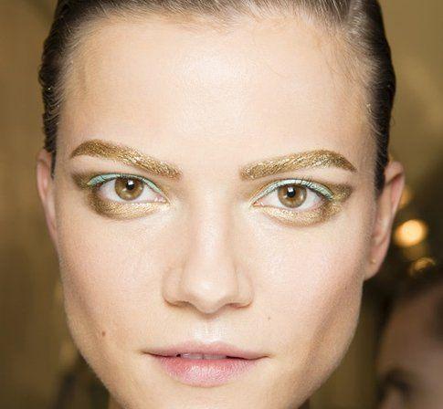 Trucco con Sopracciglia dorate e eye-liner colorato - Fonte: Dior.com