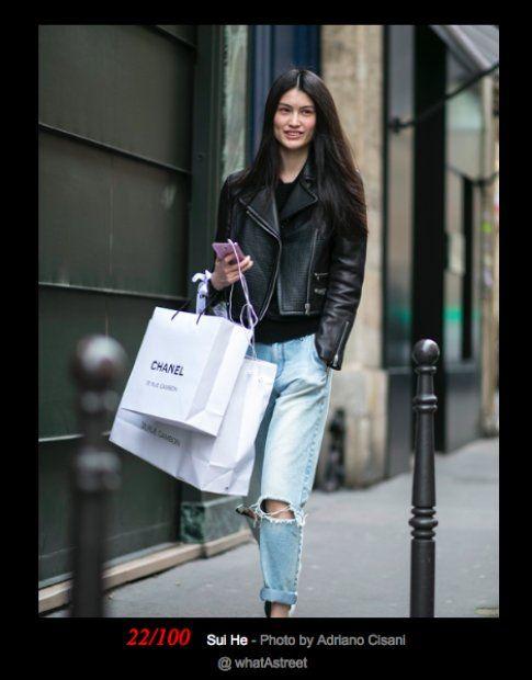 La modella Sui He mentre fa shopping a Milano - fonte: vogue.com
