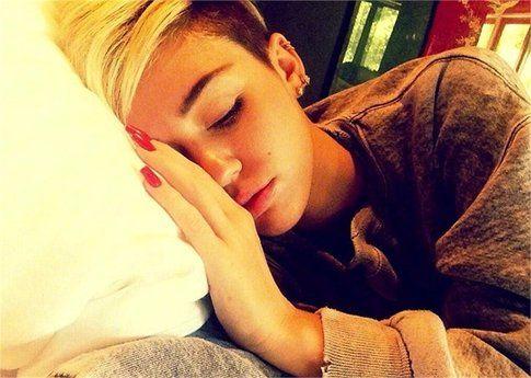 Miley Cyrus ha dolori al collo, pancia, gola e testa
