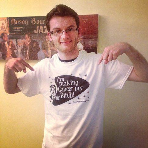 """Stephen e la sua t-shirt """"farò del cancro il mio schiavetto"""""""