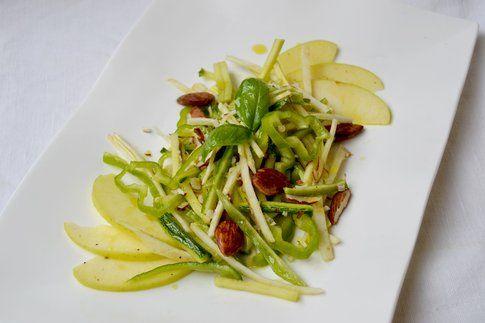 Insalata di sedano rapa, zucchine, friggitelli e mela. Ricetta e foto di Roberta Castrichella.