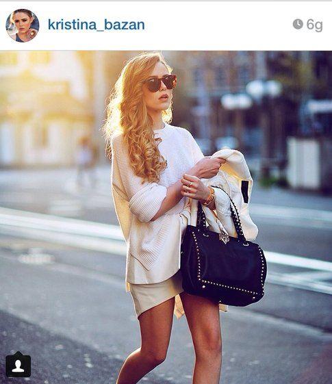 Outfit di  Kristina Bazan: toni chiari e borsa in pelle nera