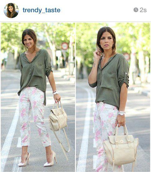 Look di Natalia: pantaloni chiari fiorati e camicia verde militare