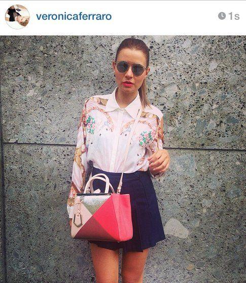 Look di Veronica Ferraro: gonna ampia a vita alta, camicia fantasia e borsa a tracolla