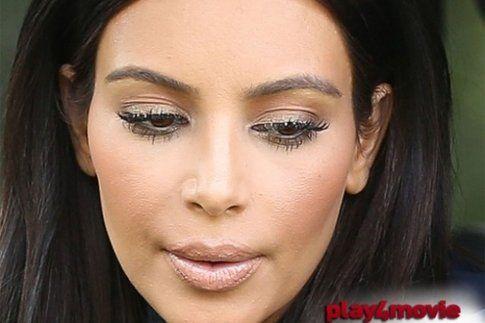 Kim Kardashian con troppo fondotinta (fonte: play4movie.come)