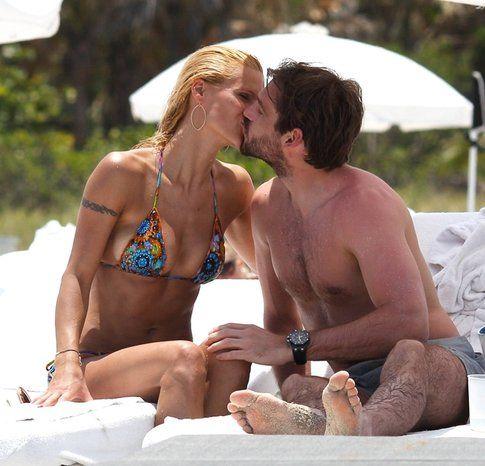 Bacio al mare tra Michelle Hunziker e Tomaso Trussardi