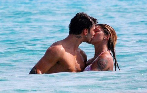 Bacio in acqua tra Belen e Stefano