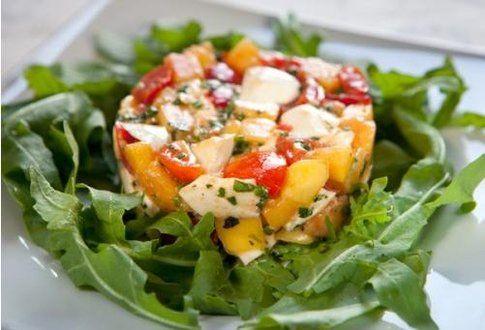 Tartare di pomodorini, pesche e bufala. Ricetta di Laurel Evans del blog 'Un'americana in cucina.