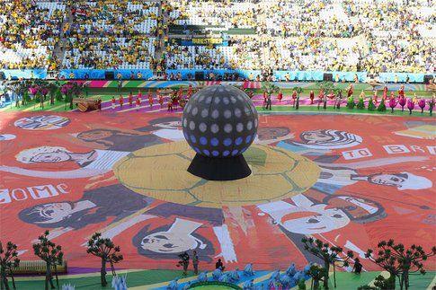 il pallone gigante al centro del campo