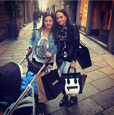 Paula Paletta con il figlio nel passeggino