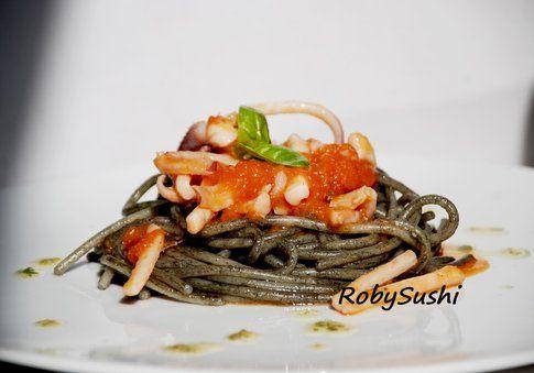 Spaghetti al nero di seppia con pomodoro e calamari. Ricetta e foto di Roberta Castrichella.