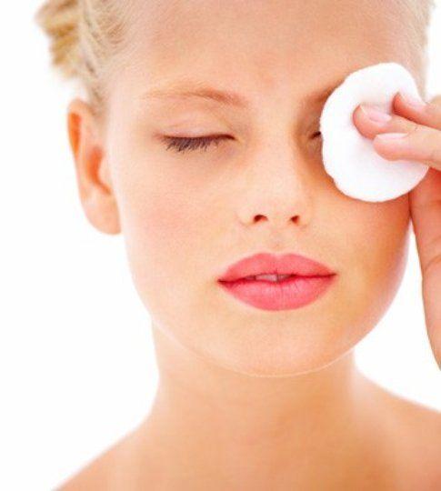 Struccarsi tutte le sere prima di dormire è molto importante per avere la pelle pulita -tudonna.it
