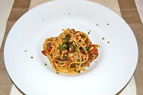 Spaghetti con pesce spada e olive taggiasche. Ricetta e foto di Roberta Castrichella.