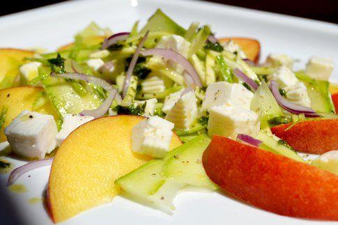 Insalata di pesche, zucchine e primo sale. Ricetta e foto di Roberta Castrichella.
