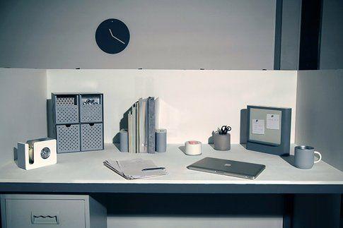 La scrivania e i componenti d'arredo
