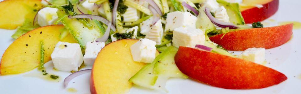 Un'insolita insalata estiva: pesche, zucchine e primo sale