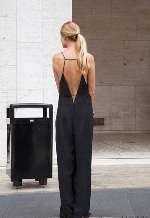 Schiena nuda indossando una jumpsuit