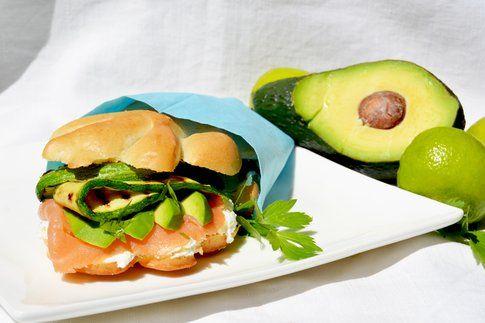 Panino con caprino profumato al lime, salmone, avocado, zucchine e coriandolo fresco. Ricetta e foto di Roberta Castrichella.