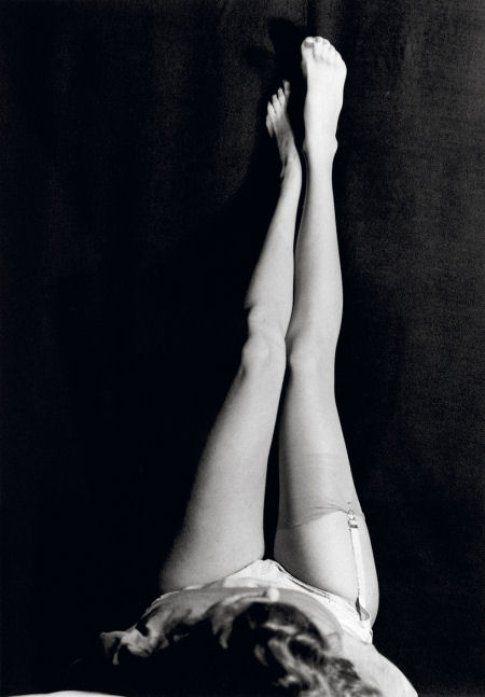 Tenere le gambe per aria prima di dormire aiuta ad alleviare il gonfiore - fonte:  worldapart.forumfree.it