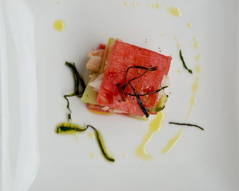 Mini millefoglie di cocomero e gamberoni. Ricetta e foto di Roberta Castrichella.