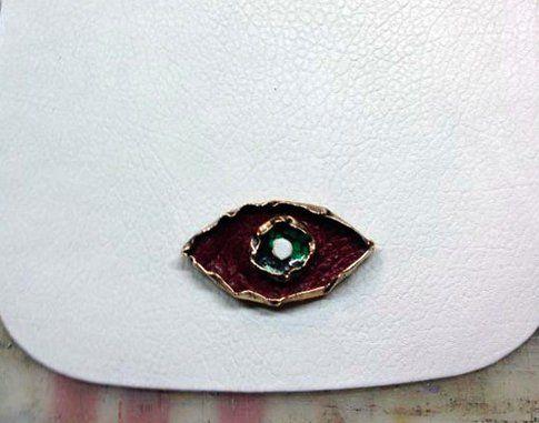 Dettaglio dell'occhio gioiello in bronzo