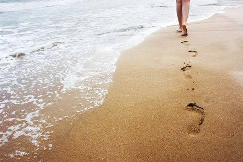 Se non potete camminare scalzi all'aria aperta almeno fatelo in casa per 30 minuti al giorno! - fonte :www.eticamente.net ›
