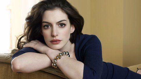 Anne Hathaway ha dei bellissimi occhi tondi, lei preferisce sempre un make-up molto naturale.