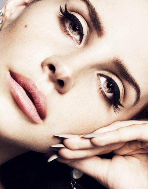 Lana del Rey in questo caso a scelto un make-up un po' vintage che enfatizza gli occhi tondi