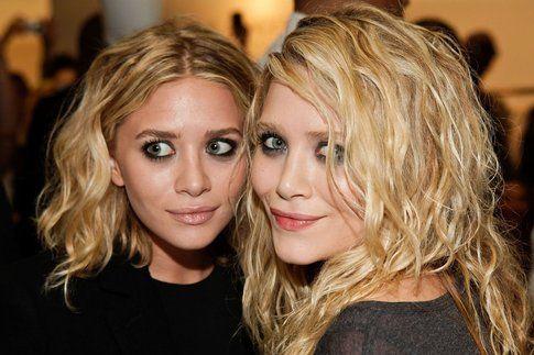 Le gemelle Olsen spesso scelgono di camuffare i loro occhi tondi rendendoli più allungati con smokey eyes scuri