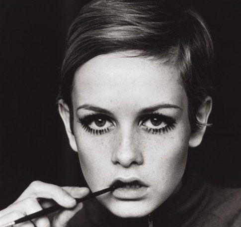 """Twiggy era famosa per il suo make-up """"pro"""" occhi tondi con eye-liner e ciglia finte lunghe e definite"""