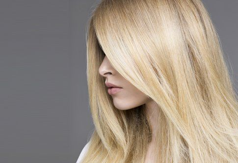 """Il sole schiarisce naturalmente i capelli, esistono prodotti per """"accentuare"""" questo effetto, oppure usa il limone!"""