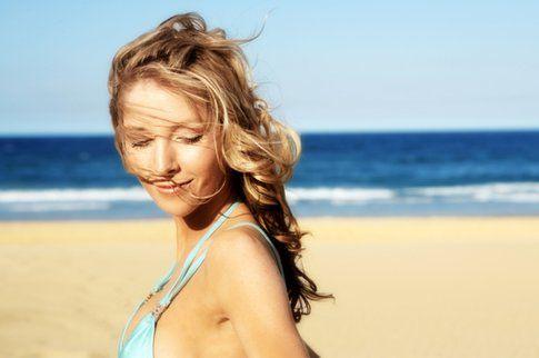 Il sole e il mare rovinano e danneggiano i capelli, scopri come curarli e ridare loro lucentezza