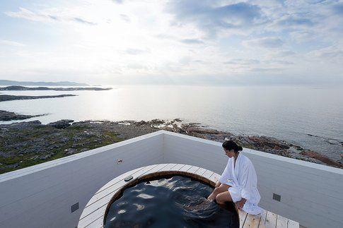 rooftop hot tub. image © iwan baan