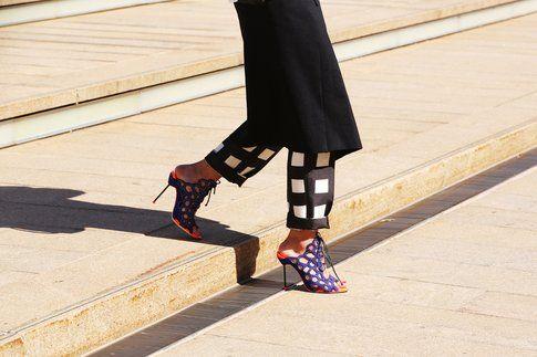 Gonna sopra i pantaloni e scarpe del tutto inadeguate? No. Fonte: Grazia.it