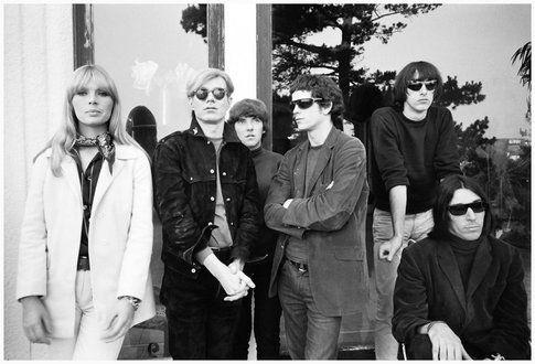 Andy Warhol, Nico e i Velvet Underground in una foto del 1965 di Steve Schapiro – www.vogue.it